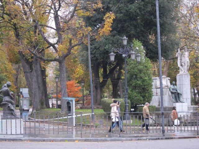 El Parque San Francisco cerrado al paso por riesgo de vientos fuertes en Oviedo