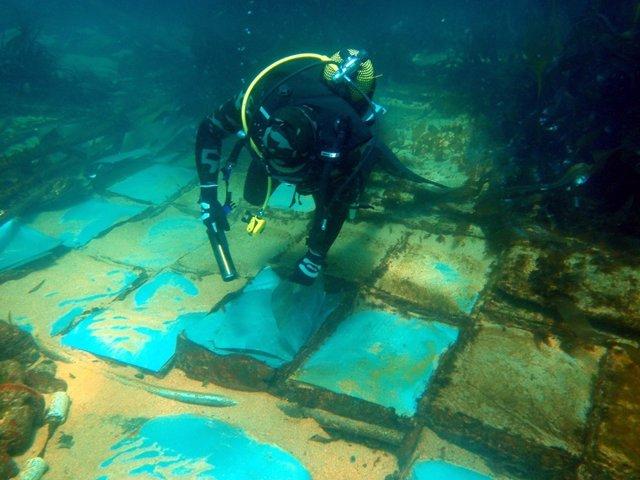 Un buzo contempla los restos del Casón, que se hundió frente a Fisterra en 1987