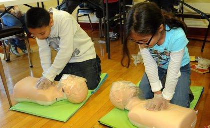 Estudiantes de 12 años pueden aprender a realizar la reanimación cardiopulmonar sólo con las manos