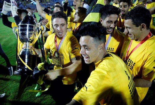Soccer Football - Uruguayan Championship - Defensor Sporting v Penarol - Centena