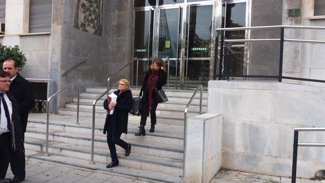 González, con documentación en la mano, a su salida de la Audiencia Provincial