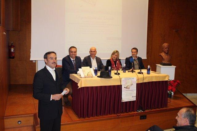 Presentan un libro sobre la conferencia de Manuel Siurot sobre El Quijote.