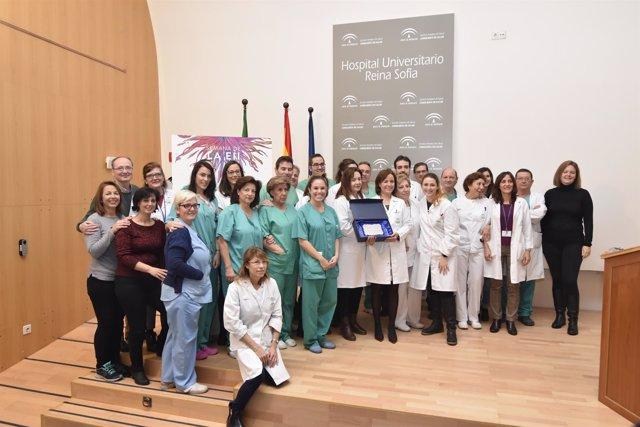 García (centro) y profesionales del aparato digestivo