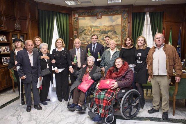 Un grupo de usuarios de la Residencia Asistida visitan la Diputación.