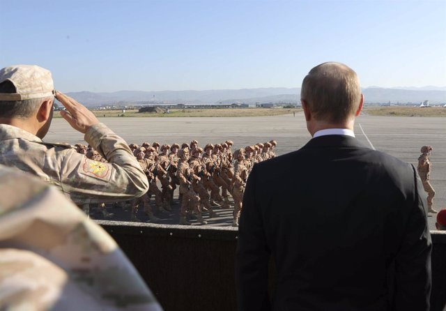El presidente ruso Vladimir Putin pasa revista a militares rusos en Siria