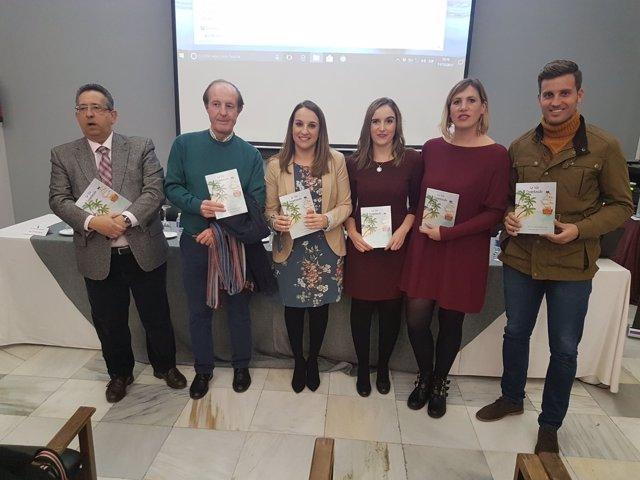 La autora y la diseñadora con las autoridades en la presentación del libro