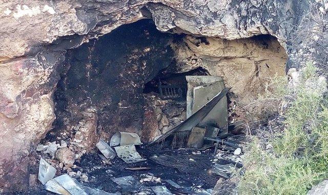 Cueva incendiada en la que murieron un joven y dos menores en Almería