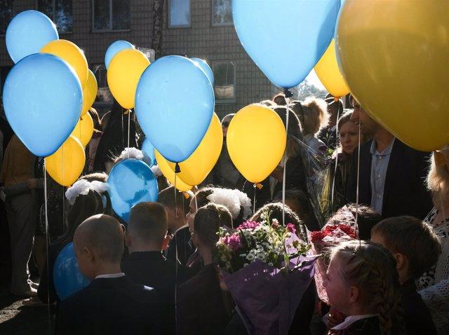Un grupo de escolares durante una ceremonia de inicio del curso en Kiev.