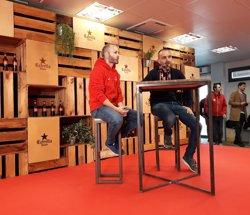 Iniesta comparteix un dia amb els 14 guanyadors del '#IniestaPerUnDia' d'Estrella Damm (EUROPA PRESS)