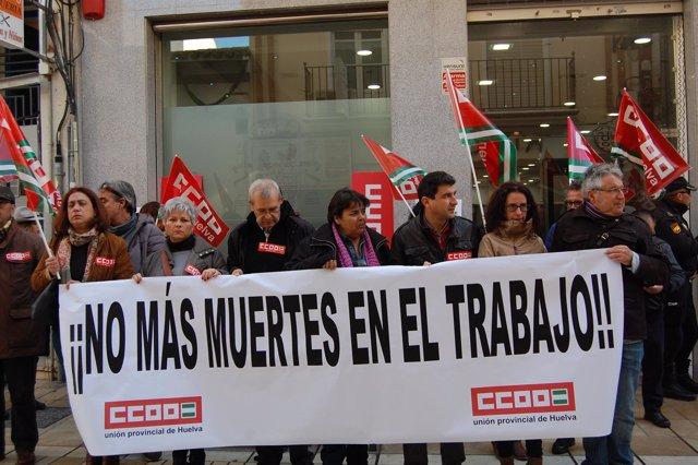 Miembros de CCOO se concentran en Huelva contra la siniestralidad laboral.
