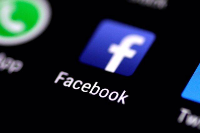 Aplicación de Facebook en un teléfono móvil