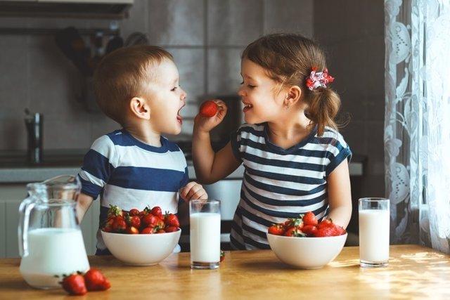 Niños, frutas, felices