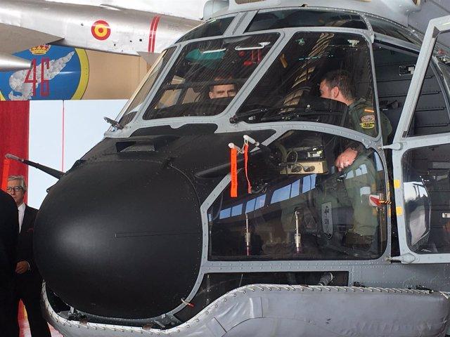 EL Rey Felipe VI en uno de los Superpuma del SAR en la Base Aérea de Gando