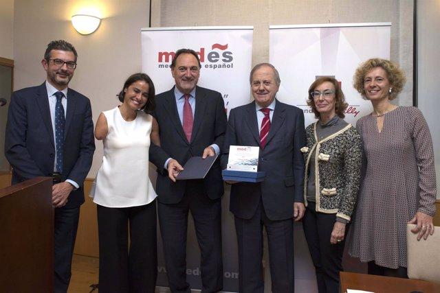 Miembros recogiendo el premio