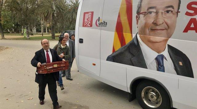 Miquel Iceta (PSC) llega al autobús de campaña