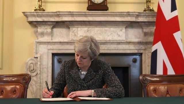 La primera ministra británica, Theresa May, firma la carta para el 'Brexit'