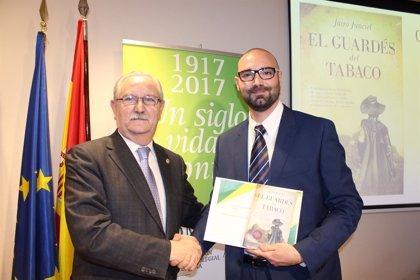 El escritor Jairo Junciel recibe el 'III Premio de Novela Albert Jovell' por su obra 'El guardés del tabaco'