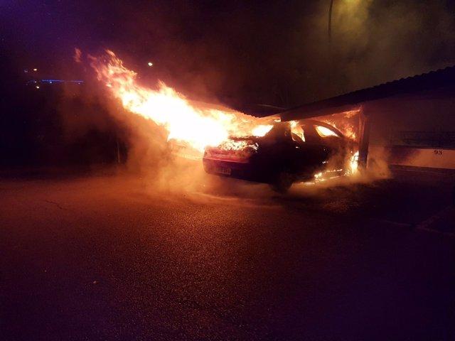Los dos coches ardiendo