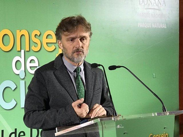 El consejero de Medio Ambiente,  José Fiscal, en Almonte (Huelva)