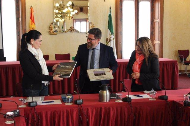 El consejero de Agricultura entrega libros a una delegación de Ecuador