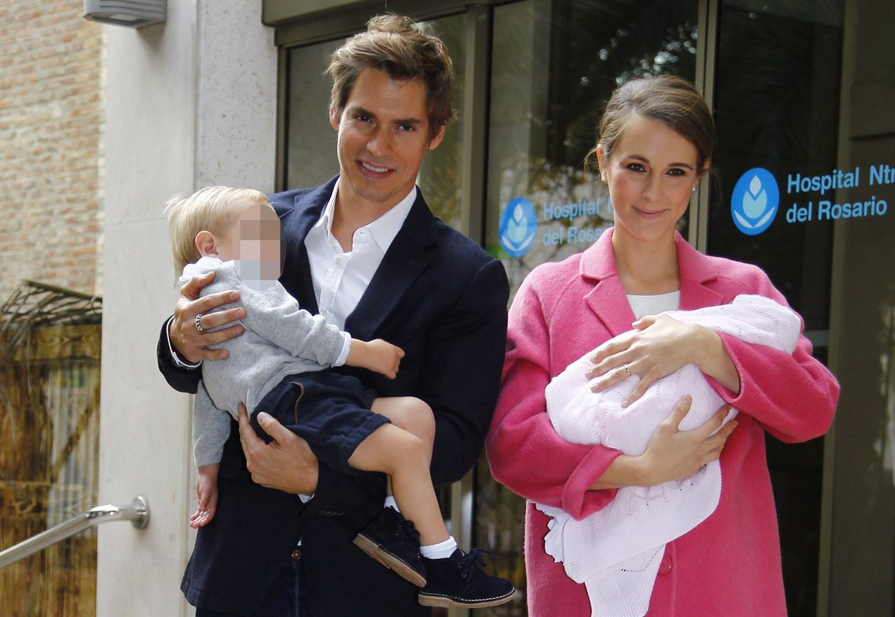 Carlos Baute y Astrid Klisans salen del hospital con su recién nacida en brazos