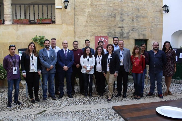 Carmona (5º izda.) con jóvenes participantes en Lanzaderas de Empleo