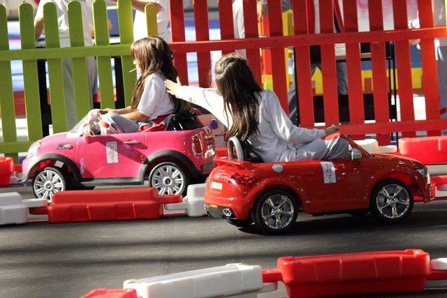 Niñas en un coche de juguete