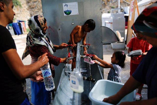 Refugiados cogen agua en Moria, Lesbos
