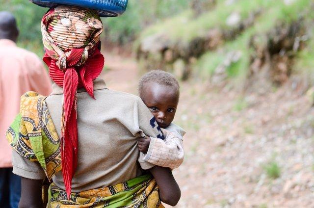 Una madre y su hija desnutrida en Burundi