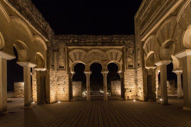 El Salón Basilical de Medina Azahara con iluminación artística