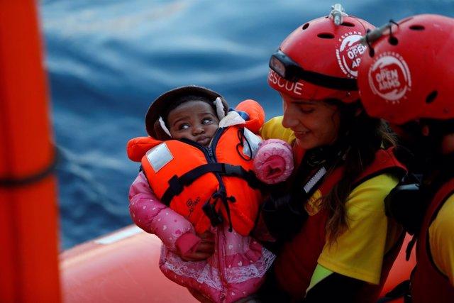 Rescate de una niña migrante en el Mediterráneo