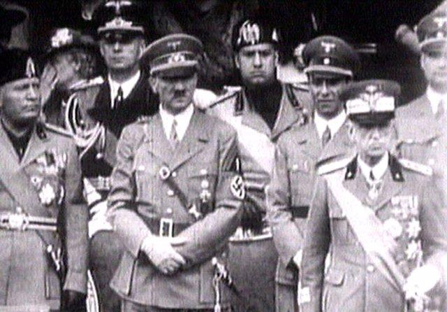 El rey de Italia Víctor Manuel III durante un acto junto a  Hitler y Mussolini