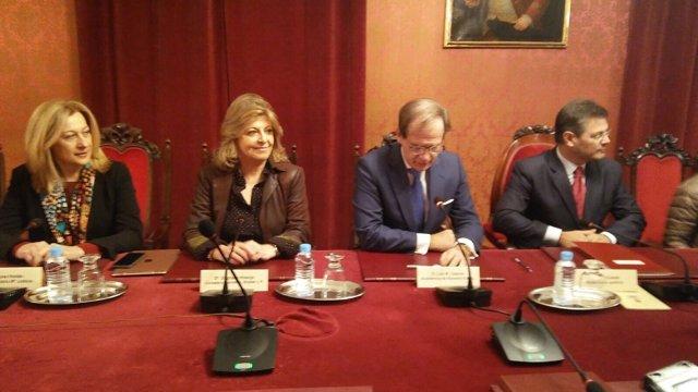 Rafael Catalá y Engracia Hidalgo durante la firma del acuerdo