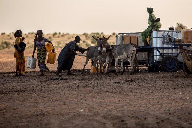 Una familia abasteciendose de agua en Senagal