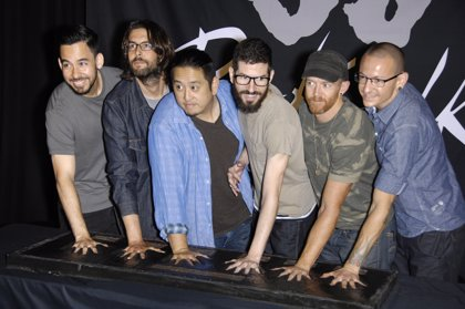Mike Shinoda descarta un futuro para Linkin Park con un holograma de Chester Bennington al frente