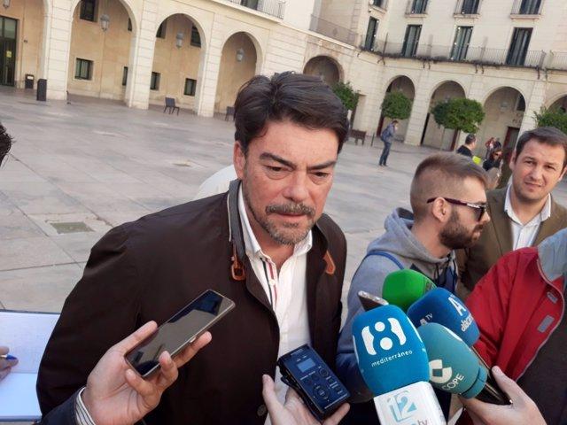 Luis Barcala atiende a los medios en imagen de archivo