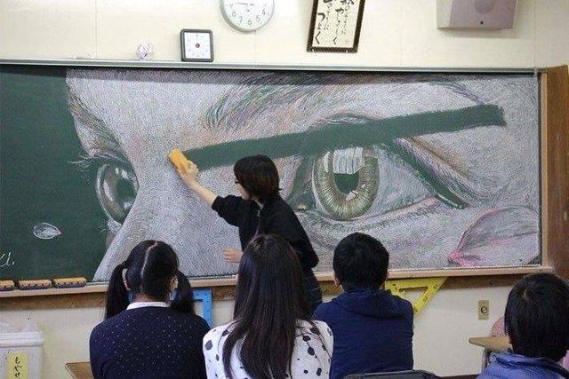 Alumnos de instituto de Hong Kong hacen obras de arte con tiza