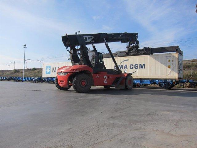 Potro deposita contenedor de mercancías en plataforma ferroviaria de TMZ