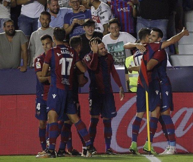 Los jugadores del Levante celebran con Chema el 1-0
