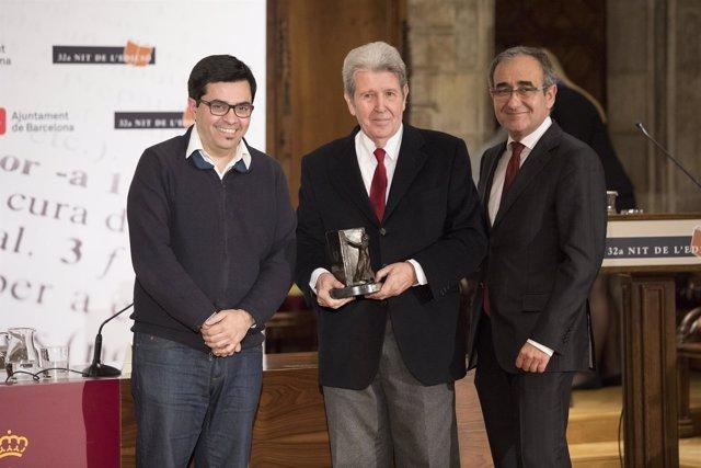 G.Pisarello y P.Tixis entregan el premio Atlántida a Jordi Herralde