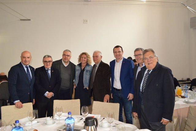 Àngel Ros, Josep Borrell y Òscar Ordeig (PSC) con empresarios de Lleida