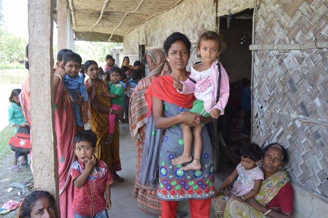 Un grupo de mujeres con niños en India