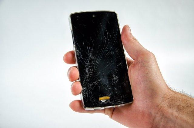 Smartphone con la pantalla rota