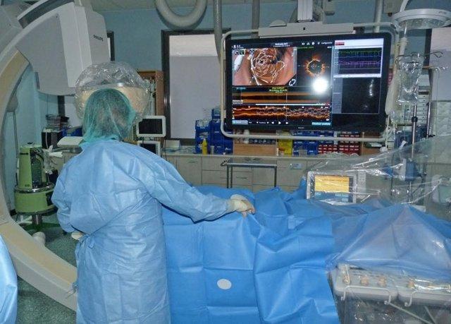 Un médico atiende a un paciente en la nueva unidad