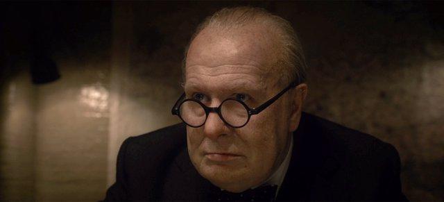 Gary Oldman es Churchill en El instante más oscuro