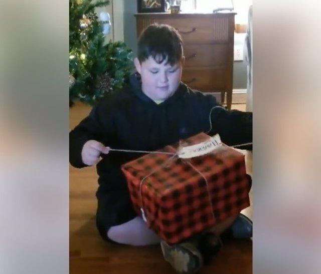 La emoción de este chico al saber que va a tener un hermano