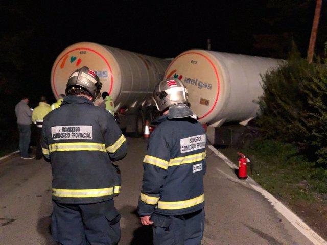 Bomberos trabajan en el accidente del camión cisterna de San Roque (Cádiz)