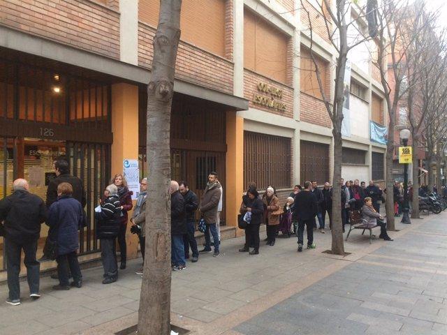 Colas para votar en las elecciones del 21-D en el colegio Escolàpies de El Clot