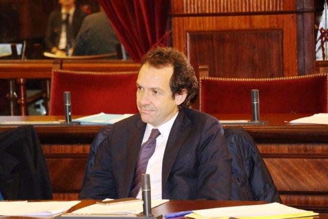El conseller Marc Pons en el pleno del Parlament