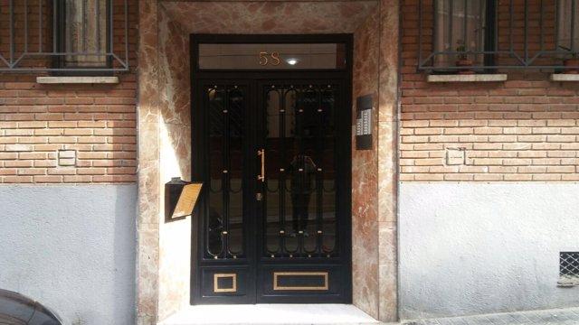 Portal del edificio donde ocurrió el crimen